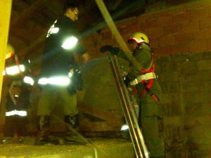 Feuerwehrmann beim Hochklettern einer Leiter