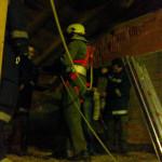 Feuerwehrmann beim Anschließen der Seile