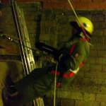 Feuerwehrmann beim Abseilen