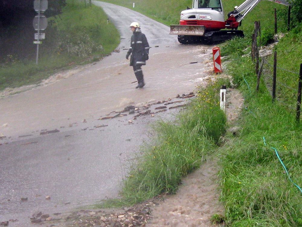 Feuerwehrmann beim Hochwassereinsatz.