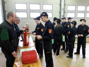 FF-Jugend Kürnberg-Mitglied beim Wissenstest Stationsbetrieb